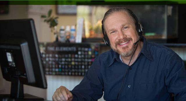 Hombre con auriculares trabajando en una computadora