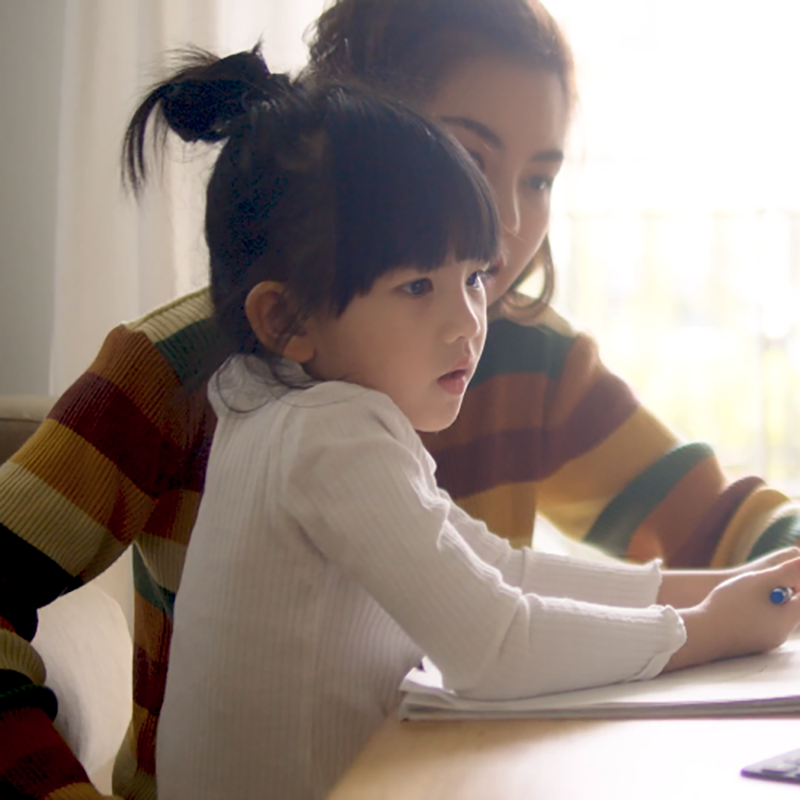 Madre e hija con una computadora portátil